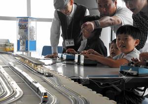 山口)気分は運転手 海峡ゆめタワーで鉄道模型運転会