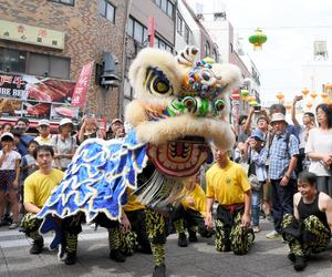 兵庫)中秋節を祝い、獅子舞練り歩く 神戸・南京町
