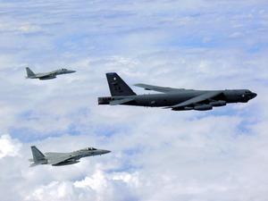 米空軍機と空自戦闘機が共同訓練...