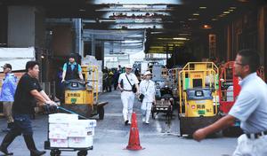 市場内を見回る食品衛生監視員(中央)=2018年8月8日午前5時17分、東京都中央区の築地市場、竹谷俊之撮影