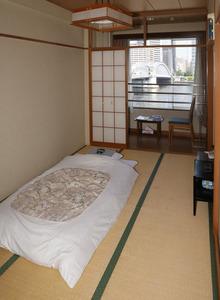 築地市場厚生会館の客室からは隅田川にかかる勝鬨(かちどき)橋が見える=竹谷俊之撮影