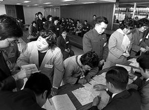 中国残留孤児47人が1981年3月2日、厚生省(当時)の招きで、祖国の土を踏んだ=成田空港