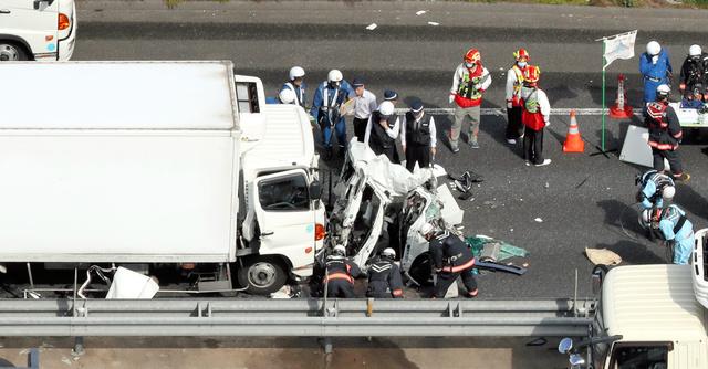 【画像あり】メルセデスベンツさん、大型トラックと正面衝突するも無傷www