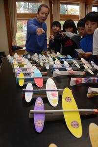 岐阜)60年前の卒業生、母校の5年生と紙飛行機づくり