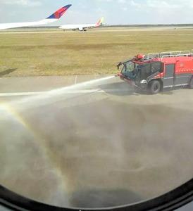 JAL機が離陸滑走中のデルタ機前...