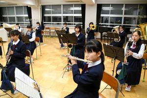 新潟)新潟市立白新中学 音楽部員13人「感動届ける」