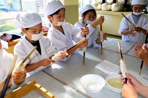 愛知)熱々、おいしいね 蒲郡の児童がちくわ作りを体験