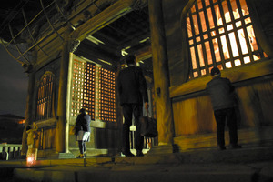 長野)善光寺仁王門の「隠れ」2像に光