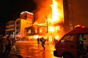 熊本市の中心部で火柱あがる 100年前の建物全焼