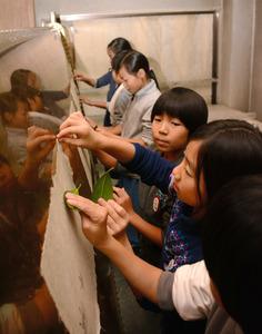 岐阜)鎌倉時代からの伝統の紙すき 小学生が体験