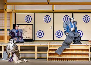 「名高大岡越前裁」。中村梅玉(右)、市川右団次(左手前)=国立劇場提供