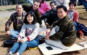 個性豊かな人々が集まって様々なイベントを開催した「鎮守の森ネットワーク」。前列左が筆者=1995年
