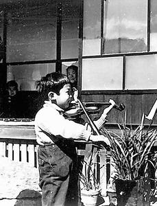 5歳の頃、バイオリンを練習=本人提供