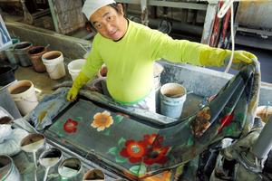 奈良)伊勢形紙で注染、伝統技の手ぬぐい 斑鳩の工房