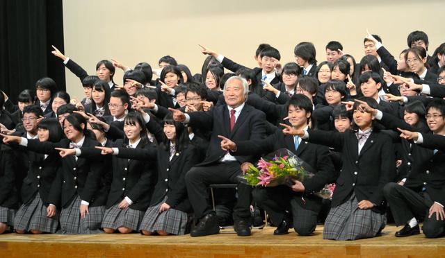 校長を務めるクラーク記念国際高校の生徒と、クラーク博士のポーズで記念撮影をする三浦雄一郎さん(中央)=2018年11月28日、広島市中区