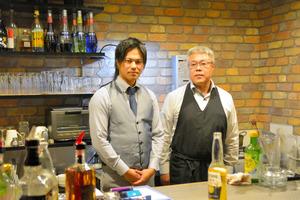 カフェバーアケアの店長多賀歩路(あむろ)さん(左)。父親の進さんが店を手伝う=2018年10月28日、鳥取県境港市大正町、高橋大作撮影