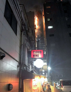 JR大阪駅近くの雑居ビルで火災 ...