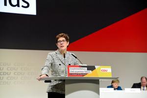 ドイツ与党にメルケル派の新党首、難民受け入れには厳格:朝日新聞デジタル