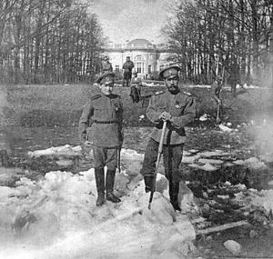 退位後、拘束されたアレクサンドロフスキー宮殿の庭で雪かきをするニコライ2世(右)と皇太子アレクセイ=1917年4月、ロシアの展覧会カタログ「世紀の長い調査」から