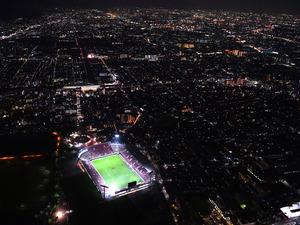 夜間照明がともった東大阪市花園ラグビー場=2018年10月26日午後7時3分、大阪府東大阪市、朝日新聞社ヘリから、水野義則撮影
