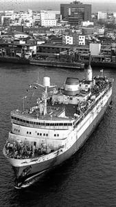 青函連絡船の定期運航最終便として、青森に向けて出港した「羊蹄丸」=1988年3月13日、函館港