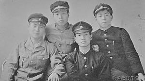 大連から引き揚げ後に通った旧制熊本中の友人たちと。右端が渡辺京二さん=本人提供