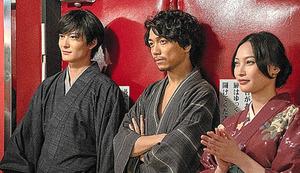 (左から)八雲(岡田将生)は助六(山崎育三郎)とみよ吉(大政絢)の死について何を語るのか=「昭和元禄落語心中」(14日放送、NHK)から