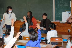 長野)ルワンダで義肢を作る夫婦 長野市の小学校と交流