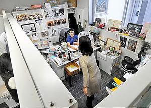 「人生そのもの」と糸川がいう研究所の自室には、アインシュタインのポスターと縄文の土偶が同居する。毎朝4時すぎに出勤して裸足に。座禅も組む=2017年12月、中井征勝撮影