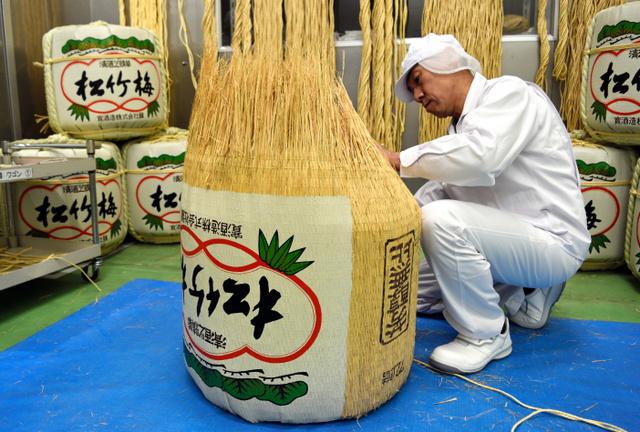 京都)新年の鏡開きに…菰樽づくりが最盛期 宝酒造:朝日新聞デジタル