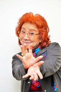 かめはめ波のポーズをとる野沢雅子さん=12月1日、東京・有楽町