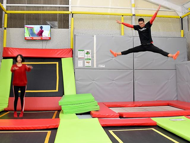 5fa573956b9 トランポリン、跳びはねて健康増進 スポーツジムで人気:朝日新聞デジタル