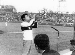 「コンバットマーチ」初披露の早慶戦を前に独奏する三木佑二郎さん=1965年10月30日、東京都新宿区の神宮球場、本人提供