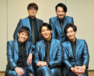 純烈 「純烈」のメンバー。前列左端が友井雄亮さん=2018年12月