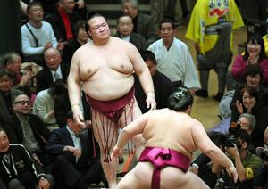 進退がかかる稀勢の里、黒星スタート 大相撲初場所初日:朝日新聞デジタル