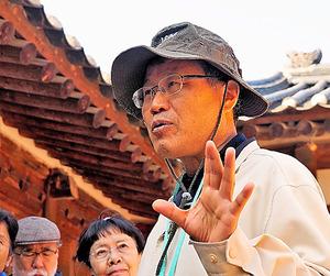 ツアー参加者に韓国史を解説する朴孟洙さん=2018年10月13日、ソウルの王宮・景福宮