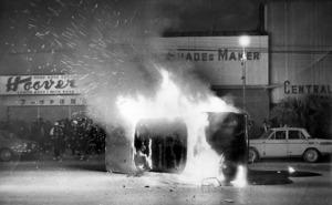 怒る群衆に倒され、放火されたアメリカ人の自動車=1970年12月20日、コザ市