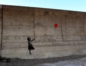 護岸に描かれたバンクシーの作品に似た絵=2019年1月22日午後3時57分、千葉県九十九里町、前田基行撮影