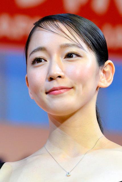 橋本マナミさん「泥棒が\u2026」 「宝石が似合う人」表彰式:朝日新聞
