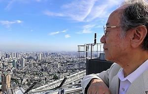「他人のために何ができるのか」。ビルの屋上から街の姿を眺める=本人提供