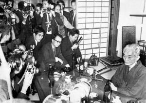 ノーベル文学賞受賞が決まり、神奈川県鎌倉市の自宅で報道陣のカメラに囲まれる川端康成=1968年10月