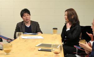 週に1回、朝に集まって次の企画についてアイデアを出し合う後川さん(左)ら=大阪市中央区