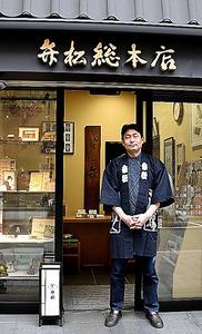 本店前に立つ樋口純一さん。本店で平日のみ販売のランチが人気。650円