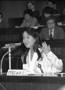 参議院の「国民生活に関する調査会」で訴えるアグネス・チャンさん=1988年2月19日