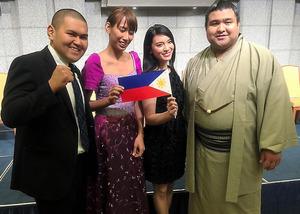 2015年のフィリピン大統領来日時、在日フィリピン人らが東京で開いた会合に招待された(左から)柔道家の保科知彦さん、バスケットボールの森ムチャ選手、タレントの秋元才加さん、大相撲の高安関=保科さん提供