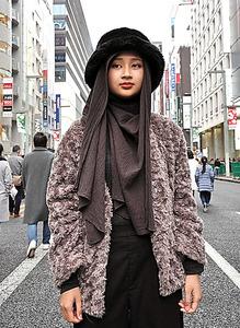 ヒジャブと帽子を組み合わせて楽しむ妹のアウファ・ヤジッドさん。インスタグラムは@aufatokyo=東京・銀座