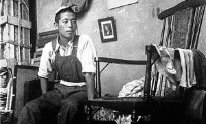 東京美術学校時代、東京の豊島区にあった貸家のアトリエ村に住んだ。写真は出征が決まり、部屋を片づけているところ=1943年
