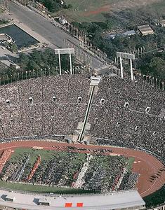 1964年の東京五輪の開会式。国立競技場の聖火台に火がともった