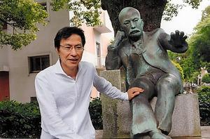 故郷熊本で旧制五高ゆかりの夏目漱石像とともに。『こころ』は西ドイツに留学したときに持っていった=今村拓馬氏撮影