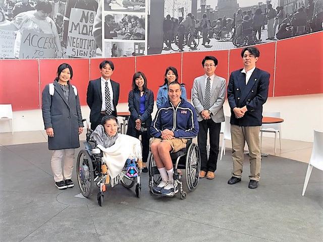 寺嶋千恵子 米国内の視察先となったカリフォルニア州バークリーでは、車いすスポーツを指導している男性(中央右)に話を聞いた=2016年4月、寺嶋千恵子さん提供